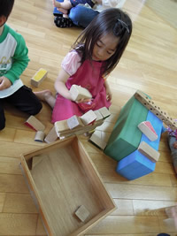 積み木遊ぶオルガン姫子